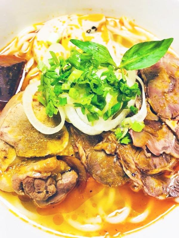 Bun bo Hue ( Spicy beef noodle soup)